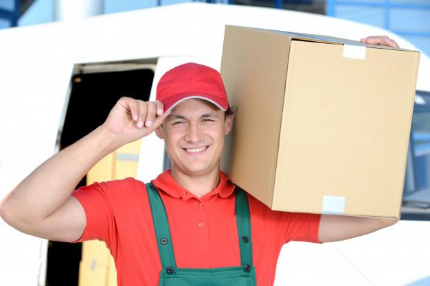 l-uomo-con-una-scatola-sulla-spalla-porta-una-consegna-per-un-uomo_85574-3496