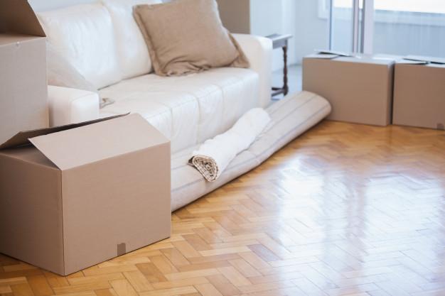 tappeto-arrotolato-e-scatole_13339-297746